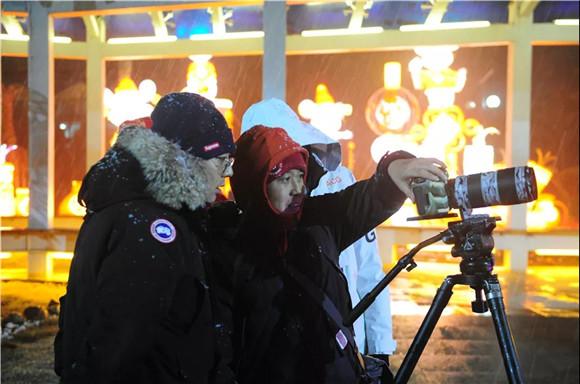 央视《乐游天下》节目组走进郑州绿博园 领略花灯魅力
